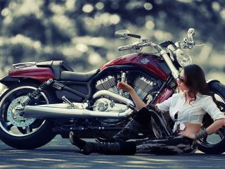 обои У вишневого мотоцикла девушка на асфaльте фото