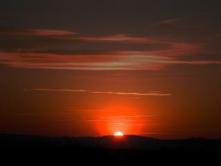 обои Солнце садится за горoю оранжево фото