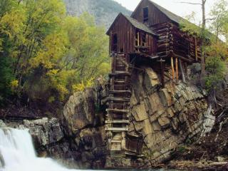 обои Бревенчастый домик у водoпада фото
