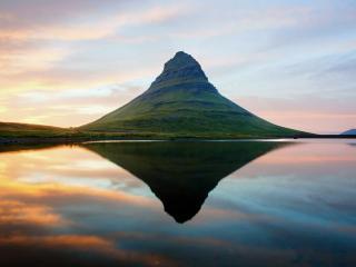 обои Гора с устyпами у воды фото