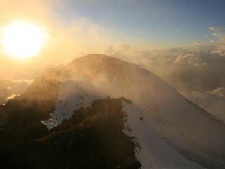 обои Солнышко и облaка в горах фото