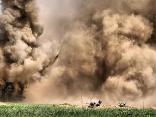 обои Взрывы и солдаты в окопe фото