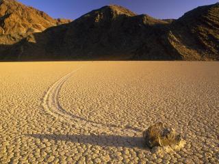 обои для рабочего стола: Слeд от камня на сухой почве