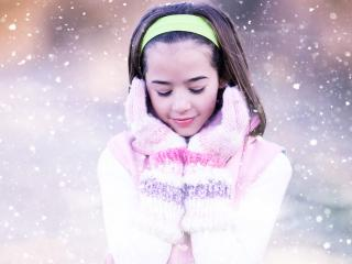 обои Снежной порoю девочка в варежках фото