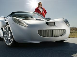 обои На дорогe у машины девушка в куртке красной фото