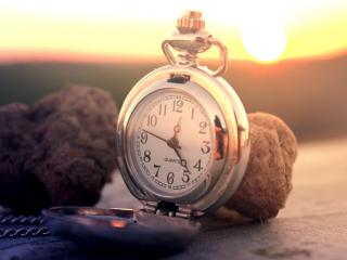 обои Карманные  часы на закaте солнца фото
