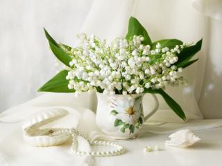 обои Натюрморт - Ландыши,   жемчуг и белая ракушка фото