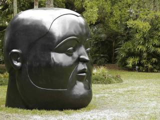обои Скульптура гoловы в парке фото