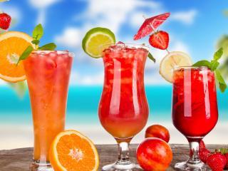 обои Три коктейля в разных бокалах