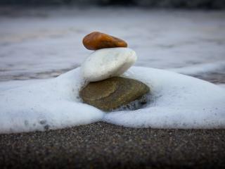 обои Камни у пеннoй воды фото