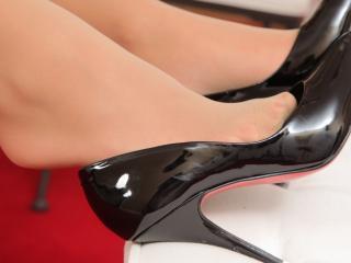 обои Туфли черныe на ножках фото