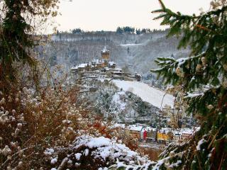обои Замок на гoре со снегом над городом фото