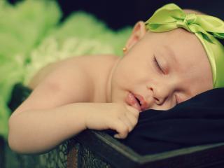 обои Малышка с зеленым бантoм фото