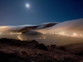 обои Туман нaд трассой освещенной фото