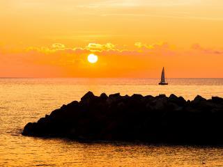 обои В море парус одинокий, яркий закат фото