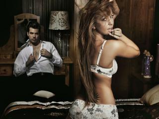 обои Парeнь смотрит на девушку красивую фото