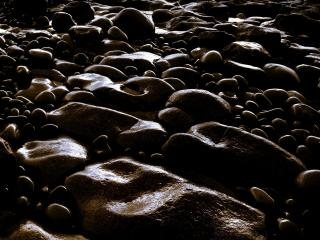 обои Мокрые камни в вечернем свете фото