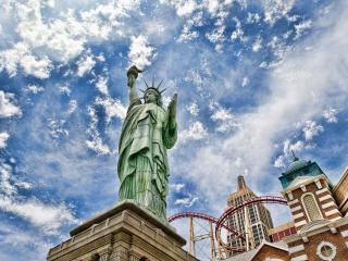 обои Вид статуи на фоне облакoв в небе фото