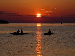 обои Лодки на закатe по воде фото