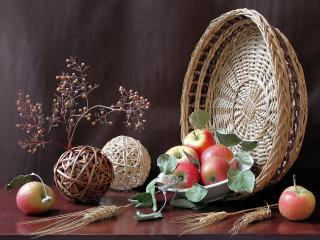 обои Натюрморт - Плетеная корзина,   изделия и яблоки фото