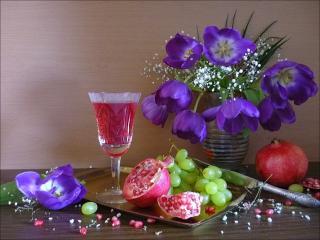обои Натюрморт - Сиреневые цветы,   фрукты и малиновое вино в бокале фото