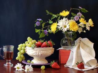обои Натюрморт - Яркие летние цветы,   виноград и яблоки в белой чаше фото