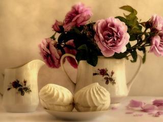 обои Фото-натюрморт - Роскошные цветы,   молочник и два зефира фото