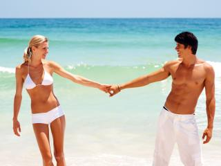 обои Влюбленная пара, на пляже у самого моря фото