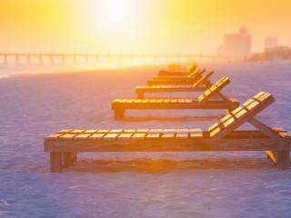 обои Городской пляж,   лежаки и пирс в вечернем свете солнца фото