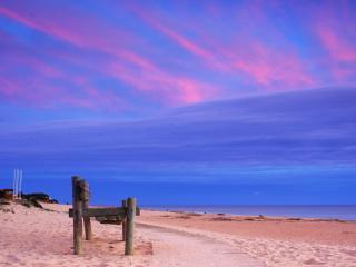 обои Пляж и самодельный деревянный стул для любования восходом фото