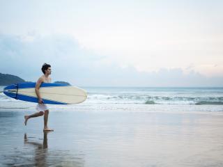 обои Серфингист на побережье,   мокрый песок фото