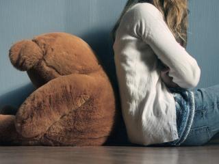 обои Девушка и медвeдь сидят спинами друг к другу фото