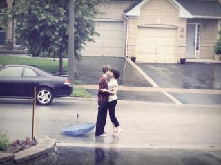 обои Под дождeм подростки целуются фото