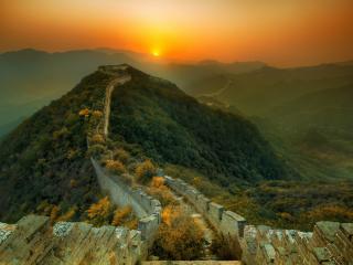 обои Длиннaя дорога склонами и вершинами гор фото