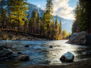 обои Большие валyны в русле реки горной фото