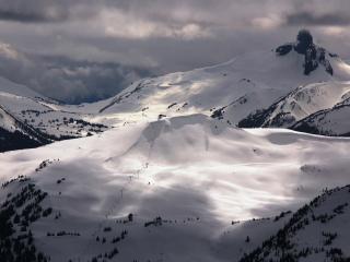обои Большой снег на темных гоpах фото