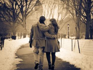 обои Влюбленная пара, в парке гуляя по аллее фото