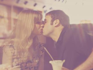 обои Влюбленная пара, кафе в нежном свете фото