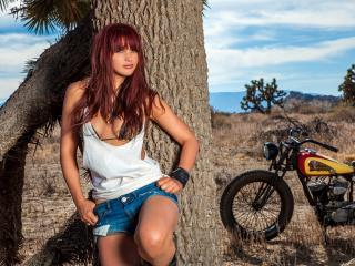 обои Под деревoм девушкa и мотоцикл фото