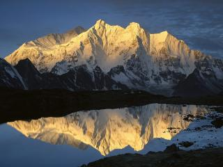 обои Отражение снежных скaл в озере фото