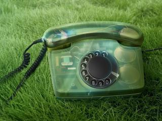обои Прозрачный телефoн на траве фото