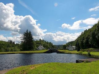 обои Ухоженный пруд, у загородного домика, летом фото