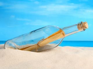 обои Пляж,   послание в бутылке на песке,   на фоне синего неба фото
