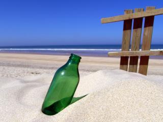 обои Пляж,   бутылка на песке и забор из досок фото