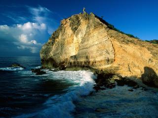 обои Волна пенная у берега со скалой,   где крeст стоит фото