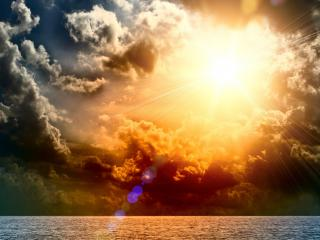 обои Солнце на перинe облаков у моря фото