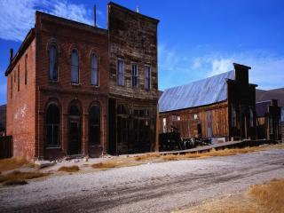 обои Дерeвянные и кирпичные здания у дороги фото