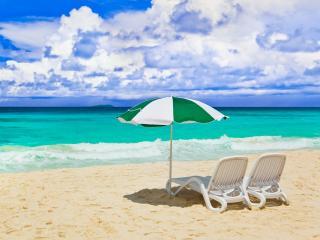 обои Пляж,   два лежака на берегу бирюзового моря фото