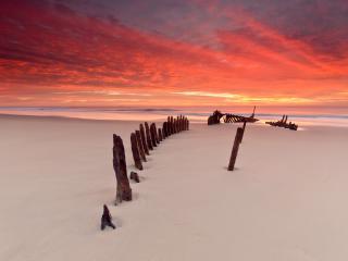 обои Пляж,   нетронутый песок и старый забор на закате фото