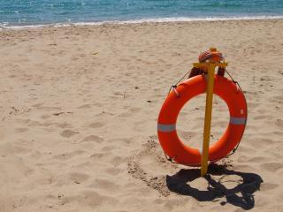 обои Пляж,   спасательный круг одиноко красуется на берегу фото